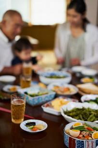 家族が囲む食卓の写真素材 [FYI02061889]