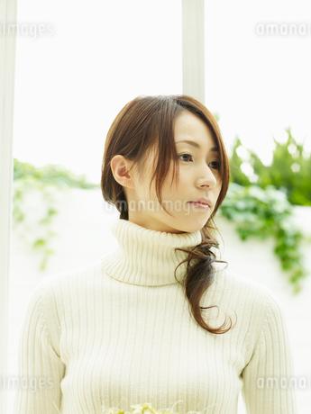 白いセーターを着た女性の写真素材 [FYI02061892]