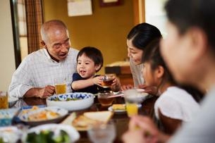 食事をする三世代家族の写真素材 [FYI02061896]