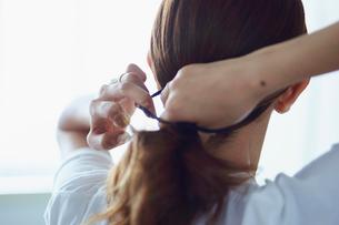 髪を結う女性の写真素材 [FYI02061912]