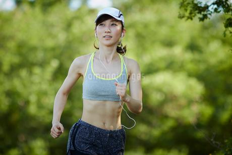 ランニングをする女性の写真素材 [FYI02061955]