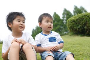芝生に座る男の子2人の写真素材 [FYI02061961]