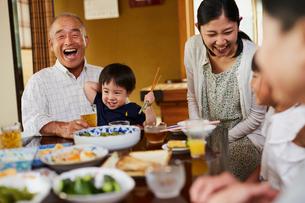食事をする三世代家族の写真素材 [FYI02061968]