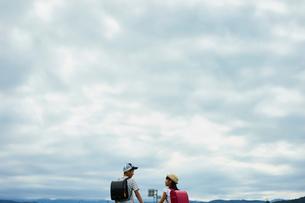 小学生の兄妹と空の写真素材 [FYI02061969]