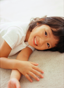 横になる女の子アップの写真素材 [FYI02061971]