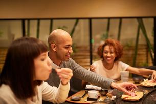 寿司屋で食事をする外国人の写真素材 [FYI02061991]