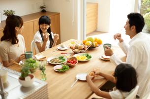 朝食を食べるファミリーの写真素材 [FYI02062017]