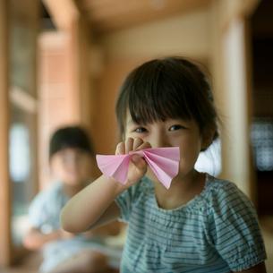 折り紙で遊ぶ女の子の写真素材 [FYI02062031]