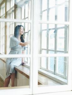 窓辺の女性の写真素材 [FYI02062035]