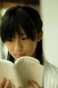 読書をする女の子の写真素材 [FYI02062038]