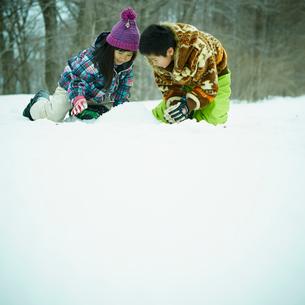 雪遊びをする男の子と女の子の写真素材 [FYI02062045]