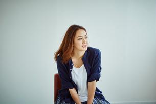 イスに座る女性の写真素材 [FYI02062050]