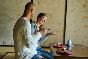 和室で食事をする外国人カップルの写真素材 [FYI02062070]