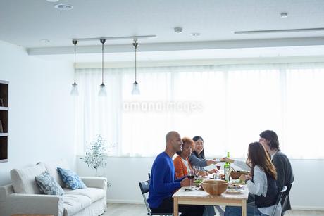 ホームパーティーをする外国人と日本人の写真素材 [FYI02062076]