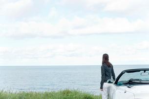 海と車と女性の写真素材 [FYI02062091]
