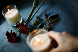 キャンドルを持つ手と花の写真素材 [FYI02062098]
