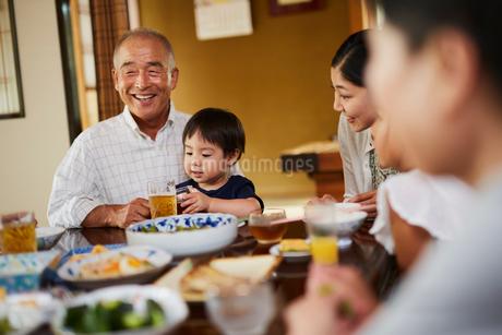 食事をする三世代家族の写真素材 [FYI02062107]