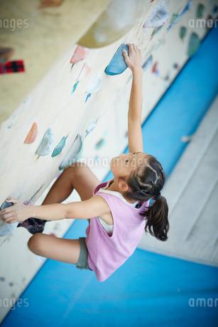 ボルダリングをする女の子の写真素材 [FYI02062121]