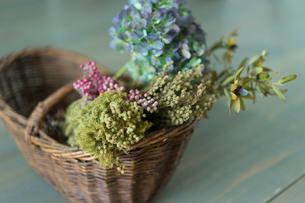 カゴの中の花の写真素材 [FYI02062123]