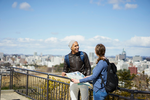 観光する外国人カップルと仙台市の街並みの写真素材 [FYI02062126]