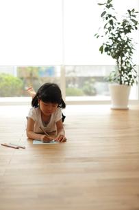 お絵かきをする女の子の写真素材 [FYI02062147]