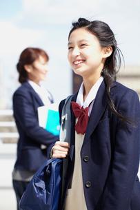 バッグを持つ女子学生の写真素材 [FYI02062152]