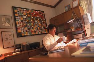 書斎で仕事をする男性の写真素材 [FYI02062166]