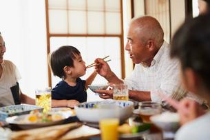 孫に食事をさせる祖父の写真素材 [FYI02062184]