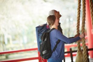 神社をお参りする外国人カップルの写真素材 [FYI02062194]