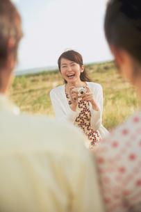 デジカメでカップルを撮影する女性の写真素材 [FYI02062224]