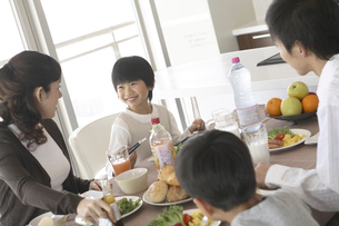 朝食を食べる二世代ファミリーの写真素材 [FYI02062236]
