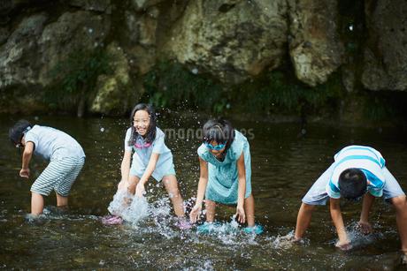 川遊びをする子供達の写真素材 [FYI02062270]