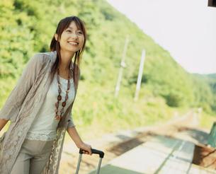 駅のホームに立つ女性の写真素材 [FYI02062278]