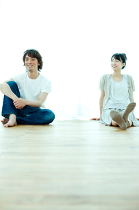 床に座るカップルの写真素材 [FYI02062305]