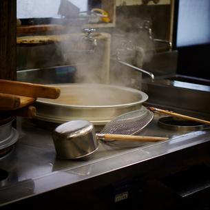 そば屋の厨房の写真素材 [FYI02062309]