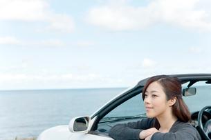 海と車と女性の写真素材 [FYI02062334]
