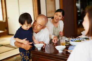 食事をする三世代家族の写真素材 [FYI02062335]