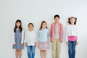 日本人と外国人の子供たち5人の写真素材 [FYI02062355]