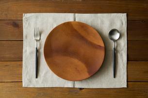 木の皿とカトラリーの写真素材 [FYI02062358]