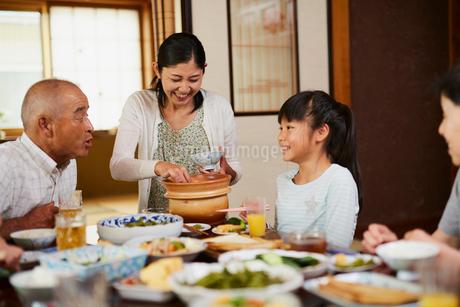 食事をする三世代家族の写真素材 [FYI02062360]
