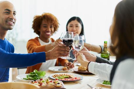 乾杯する外国人と日本人の写真素材 [FYI02062362]