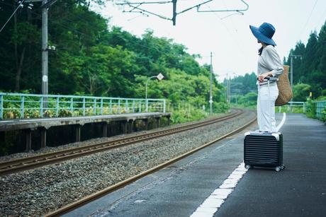 駅のホームに立つ女性の写真素材 [FYI02062363]