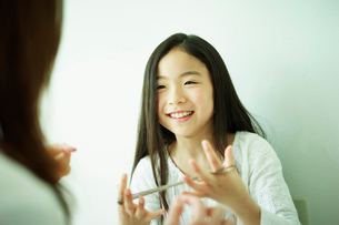 あやとりをする女の子と母親の写真素材 [FYI02062367]