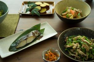 和食がのった食卓の写真素材 [FYI02062381]