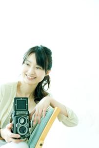 カメラを持つ女性の写真素材 [FYI02062397]