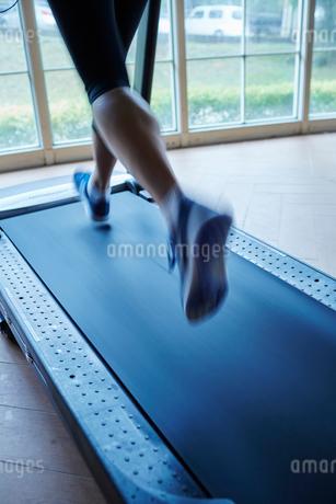 ランニングマシーンでトレーニングするシニア男性の写真素材 [FYI02062410]