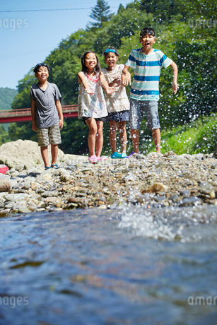 笑顔の子供達と水しぶきの写真素材 [FYI02062412]