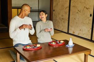 日本酒を楽しむ外国人男性と日本人女性の写真素材 [FYI02062423]
