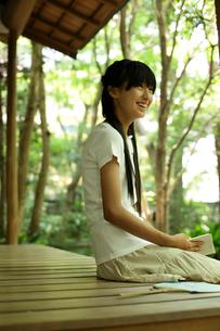 縁側で読書をする女の子の写真素材 [FYI02062441]