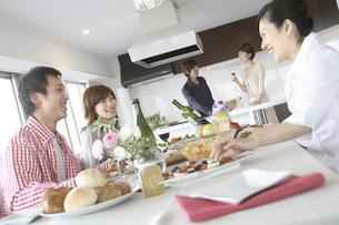 ホームパーティをする若者達の写真素材 [FYI02062443]
